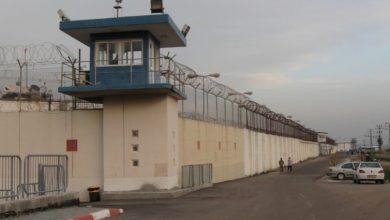 Photo of سجانون إسرائيليون يقمعون أسرى فلسطينيين مكبلين في سجن النقب