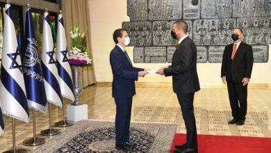 Photo of سفير البحرين لدى تل أبيب يقدم أوراق اعتماده للرئيس الإسرائيلي
