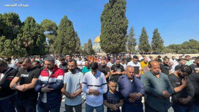 """Photo of 40 ألف مصل يؤدون """"الجمعة"""" في الأقصى"""